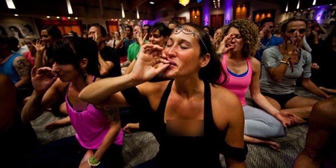 Enam Jenis Yoga Modern Paling Aneh dan Mungkin Akan di Cekal di Indonesia