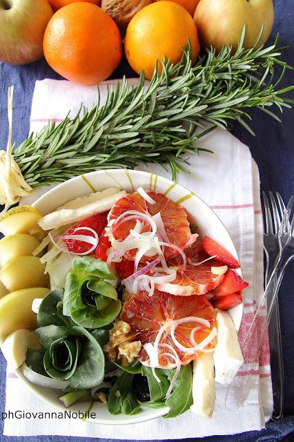 Insalata con cicoria, arance, noci, cipollotti, fragole e caciotta fresca