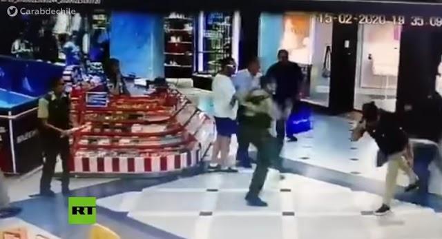 'Héroe sin capa' logra frustrar con una zancadilla un robo en un centro comercial (video)