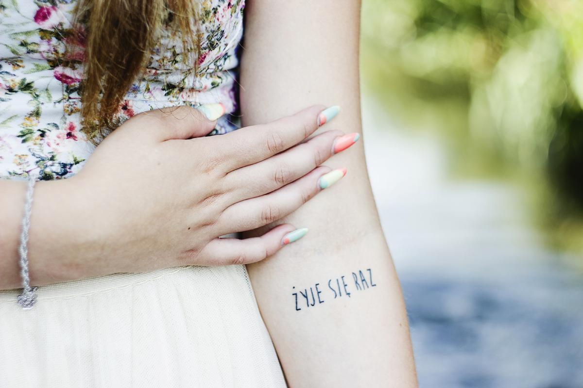 tatuaz, zyje sie raz, cytaty, napis, dziewczyna z tatuazem, dziewczyna