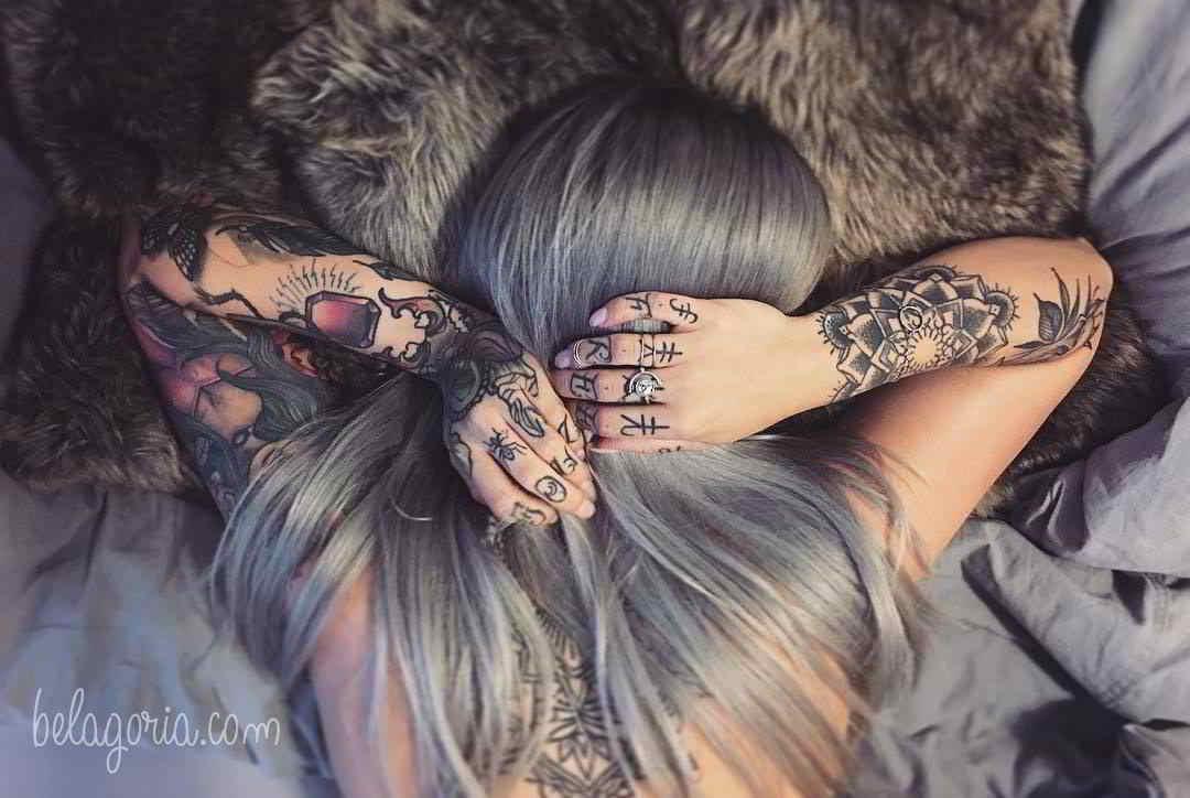 Chica tatuada en la cama, tienes tatuajes
