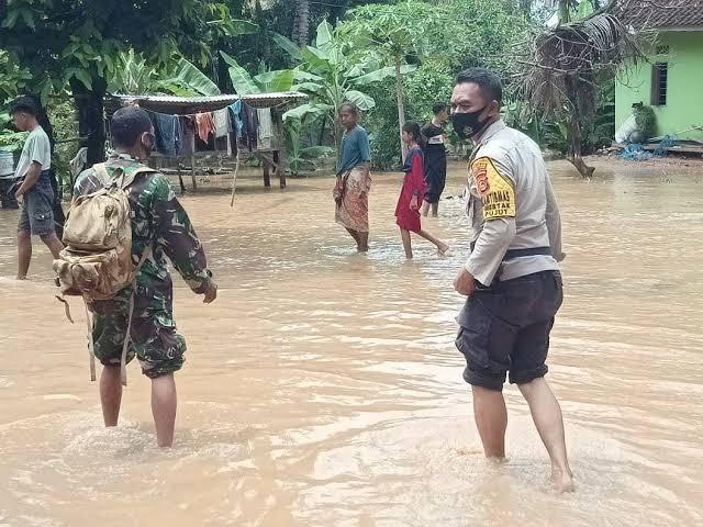 Babinkamtibmas Desa Mertak  Pujut Membantu Warga Yang Terdampak Banjir