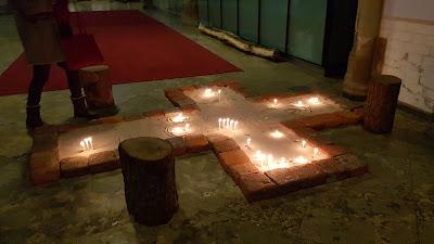 croce con candele