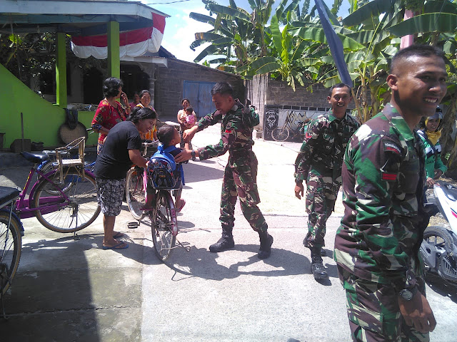 Warga Genggam Sejumlah Kenangan Bersama TNI Saat TMMD Reg 105