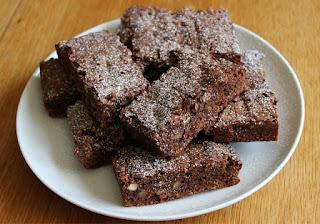 pokrojone kawałki brownie na bialym talerzu