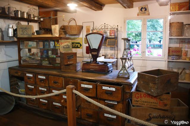 Il negozio con oggetti d'epoca all'Ecomuseo d'Alsazia