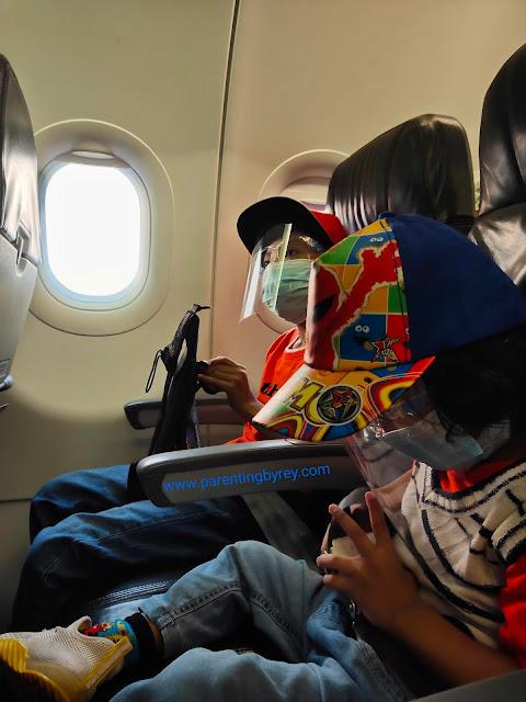 Tips bepergian naik pesawat bersama balita