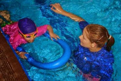 3 Permainan Unik Bantu Ajarkan Anak Cara Berenang
