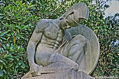 Skulptur eines Kriegers auf dem Ohlsdorfer Friedhof in Hamburg