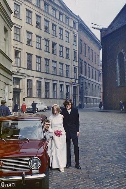 15 апреля 1972 года. Рига. Новобрачные на площади 17 июня