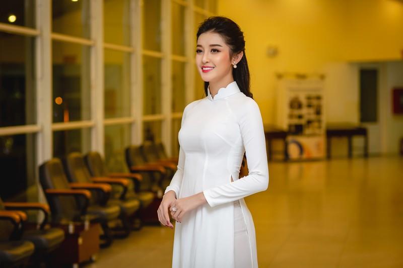 Huyền My đẹp dịu dàng trong trang phục áo dài trắng-ảnh 4
