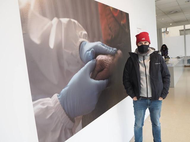 Marc Sanyé posa davant de la seva foto que protagonitza la nova entrega del cicle de fotoperiodisme acompanyada d'un text de l'escriptor Ramon Erra.