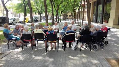 Grup d'usuaris d'aviparc asseguts davant del Centre