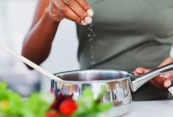 6 Cara Mengatasi Makanan Yang Kelebihan Garam