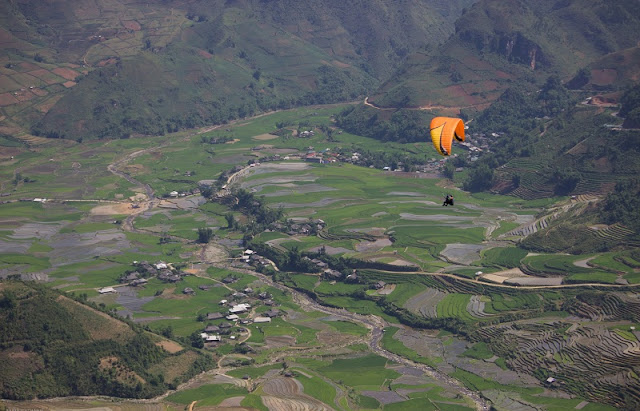 Watch the white plateau from paragliding and see the horse racing Bac Ha