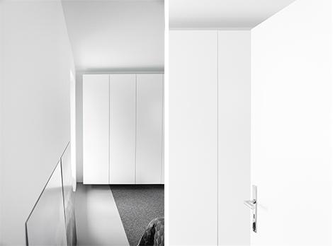 Auf Maß gefertigte Kleiderschränke für ein Schlafzimmer - so werden kleine Räume groß.