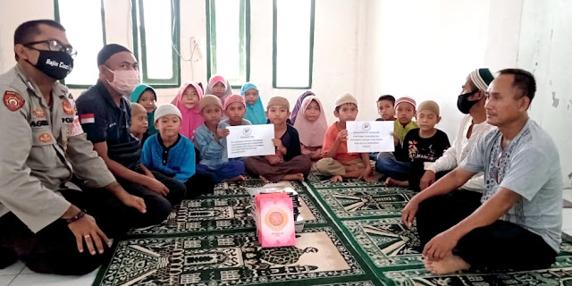 Bhabinkamtibmas Anamina salurkan Al Qur'an dan Iqro kepada TPQ