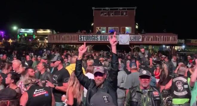 Nhóm nhạc rock tổ chức concert hàng nghìn người mặc Covid-19