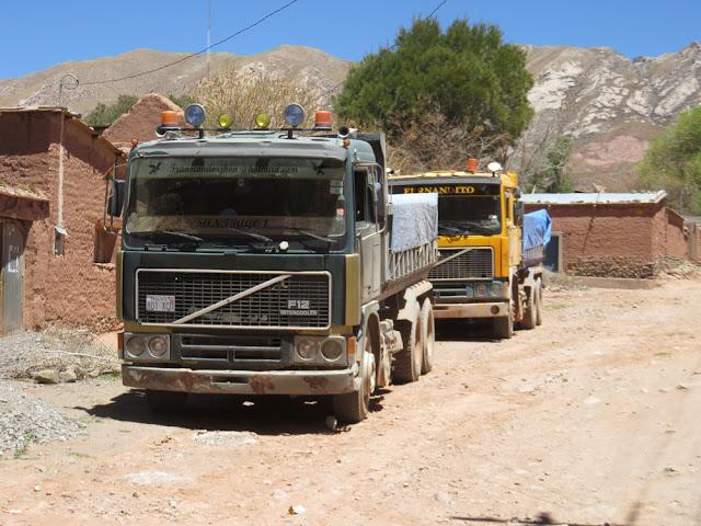 Täglich rumpeln Laster von der Mine oberhalb von Esmoraca durchs Dorf mit Minenschutt, der noch etwas Goldstaub enthält. Dabei werden Wasserleitungen und mehr Infrastruktur zerquetscht etc.