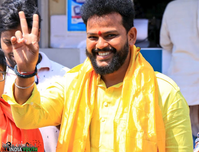 Ram Mohan Naidu showing victory symbol