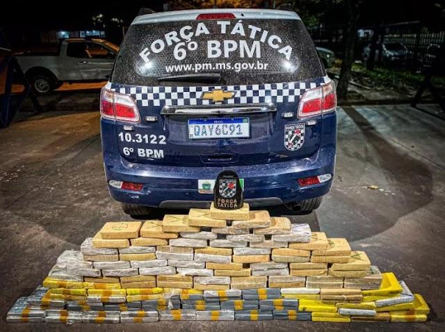 Traficante bate em árvores e abandona carro com 132 Kg de cocaína em perseguição