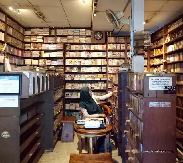 library cafe bandung