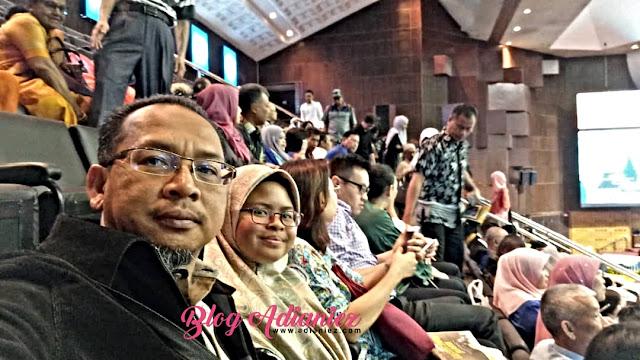 MASTER INPUT BULETIN AKMAL 2019          Bil ISI KANDUNGAN MUKA SURAT 1 Seulas Pinang PENGARAH  AKADEMI KASTAM DIRAJA MALAYSIA (AKMAL) Assalamualaikum w.b.t. dan Salam Sejahtera Saya amat bersyukur ke hadrat Ilahi, Buletin AKMAL 2019 dapat diterbitkan. Peristiwa dan aktiviti yang berlangsung di AKMAL Induk dan cawangan-cawangannya sepanjang tahun 2019 dapat dibukukan dan dipaparkan di dalam Buletin ini. Saya mengucapkan ribuan terima kasih kepada Sidang Redaksi Buletin AKMAL 2019 yang telah berusaha dan bekerjasama sebagai satu pasukan bagi memastikan Buletin ini dapat diterbitkan. Sepanjang tahun 2019, pelbagai aktiviti dan program latihan telah dilaksanakan bagi memenuhi keperluan latihan semua warga Jabatan Kastam Diraja Malaysia (JKDM), samada di peringkat Kumpulan Pengurusan dan Profesional ataupun Kumpulan Sokongan. Sebagai Pusat Latihan Jabatan, AKMAL amat komited dalam menyediakan persekitaran pembelajaran yang kondusif, efektif dan berinovatif. AKMAL memainkan peranan penting dalam membangunkan modal insan yang professional dan diiktiraf melalui latihan terancang serta berkualiti. AKMAL dibarisi pasukan Sidang Akademik dan jurulatih yang diiktiraf dimana mereka sentiasa bersedia dengan penuh iltizam menyempurnakan tugas yang dipertanggungjawabkan dalam melaksanakan program latihan yang berkualiti kepada warga JKDM dan pemegang kepentingan, ke arah penyampaian perkhidmatan yang profesional. Oleh itu, besarlah harapan saya agar penerbitan Buletin AKMAL 2019 ini akan menjadi platform terbaik kepada warga JKDM dan agensi kerajaan lain mengenali AKMAL dengan lebih dekat lagi melalui aktiviti yang dipaparkan. Akhir kata, salam hormat dari saya dan warga AKMAL. Sekian, terima kasih. Sekapur sirih seulas pinang, Secarik gambir jadi penyeri, Semoga AKMAL terus gemilang, Melakar sejarah dengan lestari.  1 2 KEBANGGAAN AKMAL  Mantan Pengarah-Pengarah AKMAL (gambar)  Pemimpin…. Walau datang dan pergi  Walau silih berganti  Tetap berpaksikan matlamat yang sama Ibarat su