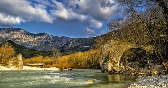Καταρρέουν εγκαταλελειμμένα τα πέτρινα γεφύρια στη Θεσπρωτία