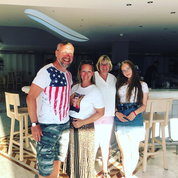 Wir an der Bar im Lyttos Beach mit meiner Tochter und Frau, nebst Schulfreundin Steffi! Dankeschön für alles!