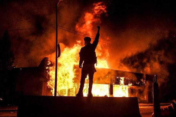 Esvati̇ni̇'de gerçekleşen protestolar gittikçe yıkıcı bir hal almaya başladı