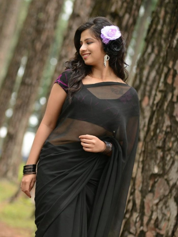 Nisha shah hot in saree