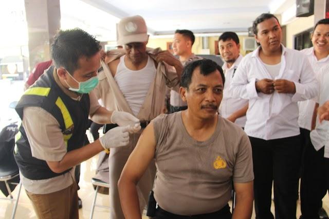 Perkuat Kekebalan Tubuh, Ratusan Anggota Polisi Disuntik Vaksin Influenza
