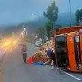 Laka Tunggal, Truk Bermuatan Kayu Terguling Hingga Menutup Jalan Utama