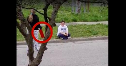 La fille de 13 ans voit le garçon se faire humilier par la fenêtre. Mais quand elle lui apporte ce paquet rouge, il reste bouche-bée.