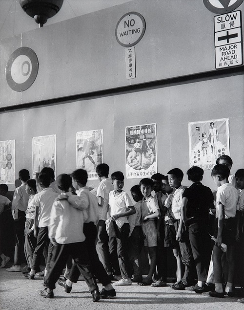 """Foto: Yau Leung - """"Fellow People - Wan Chai Bands and Products Expo"""", 1968. // imagenes chidas, historicas, bellas, hong kong antiguo, blanco y negro, cool pictures, vintage photos."""