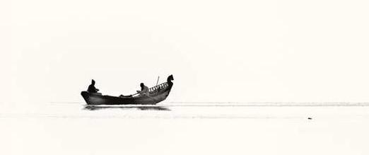 寒い時期に川を小舟で移動
