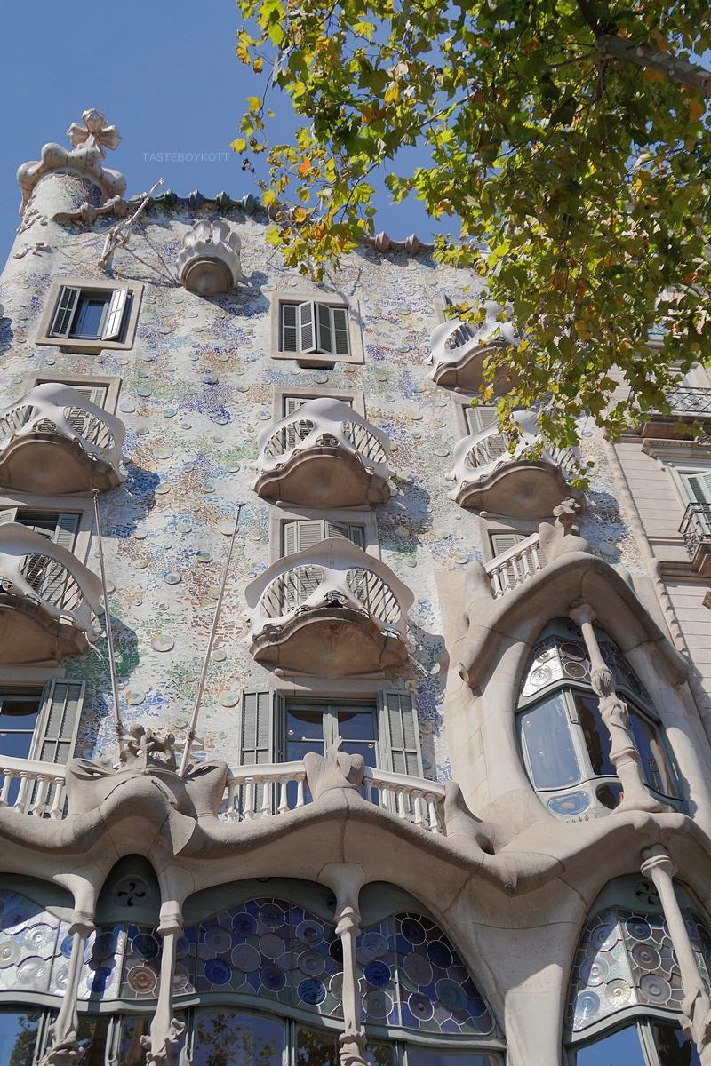 Fassade Casa Batlló Barcelona. 4 Tipps in Barcelona für Kunst- und Architekturliebhaber. Reisetipps: Modernisme Jugendstil Gaudi, Architektur, Kunst und Design in Barcelona. Tasteboykott Blog.