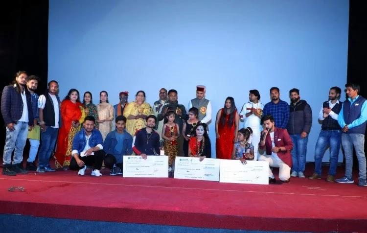 डांस उत्तरकाशी डांस प्रतियोगिता के विजेताओं के साथ अन्य प्रतिभागी, आयोजक एवं अतिथि।