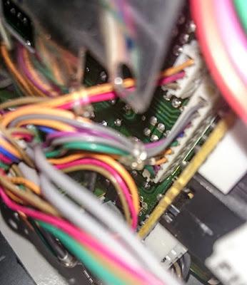 ICOM IC-275H etupaneelin taustan johtoja ja liittimiä