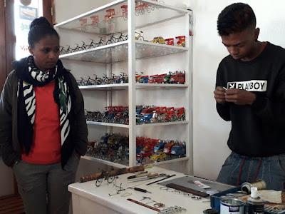 artesania-malgache-con-materiales-reciclados-en-madagascar