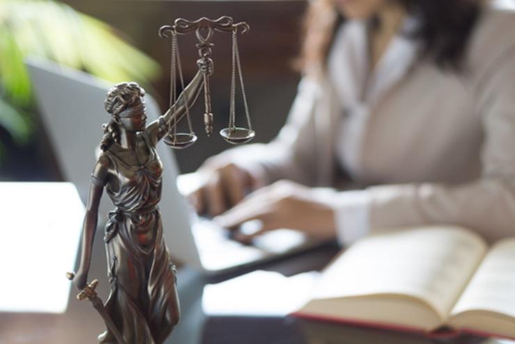 Não existe hierarquia entre advogados e autoridades do Judiciário, lembra leitora
