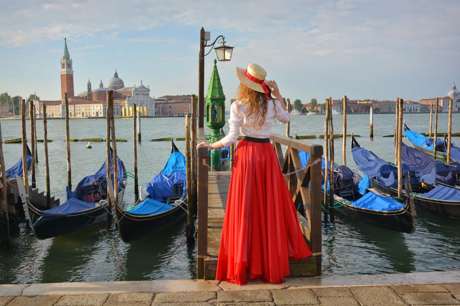 фотосессия на фоне гондол в венеции
