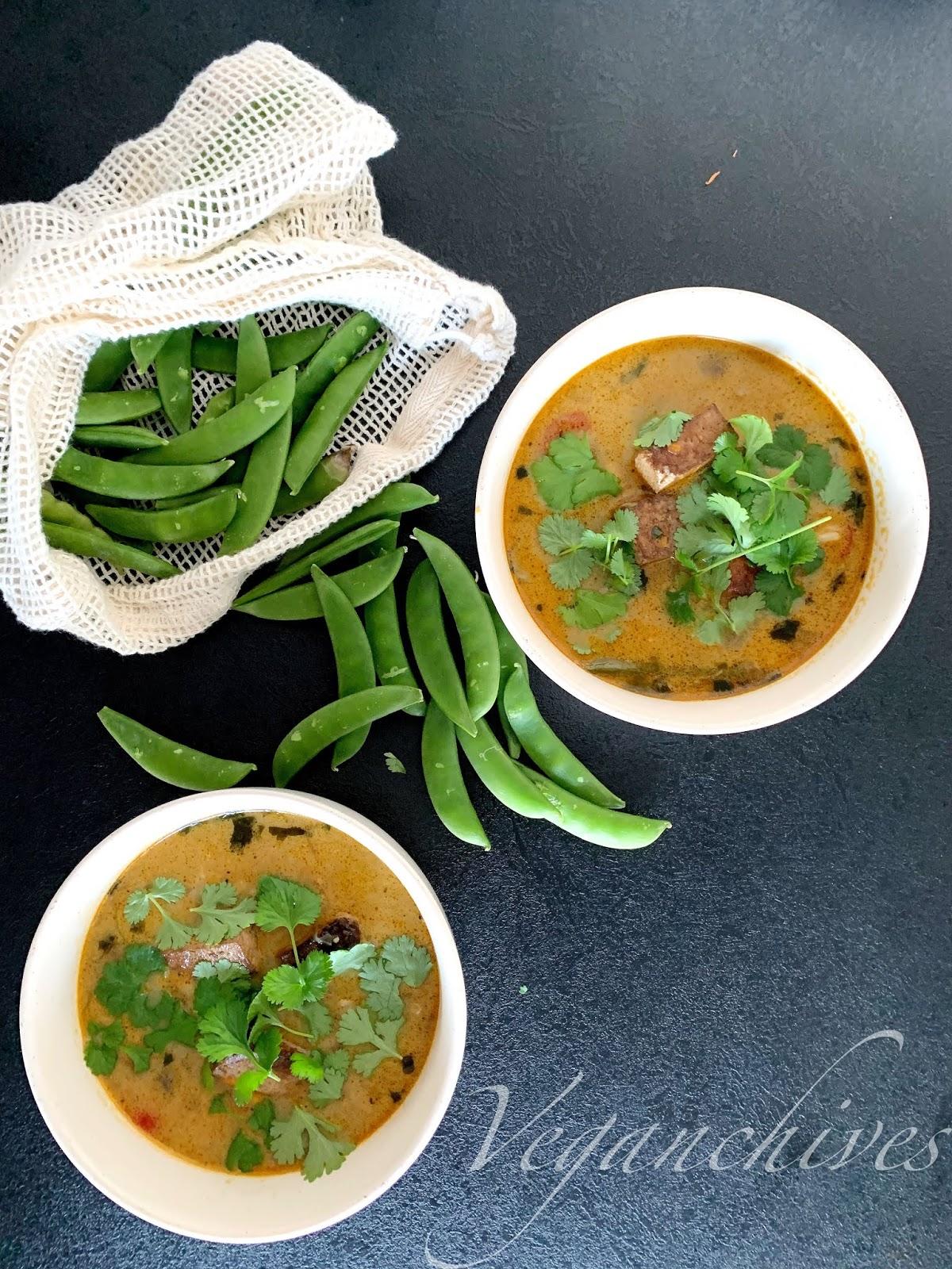 Zupa tajska z podsmażonym tofu i mleczkiem kokosowym