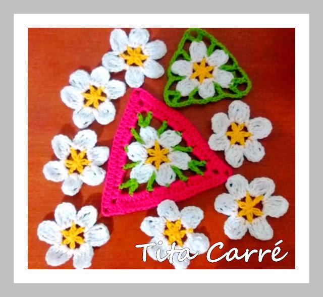 Triângulo floral em crochet