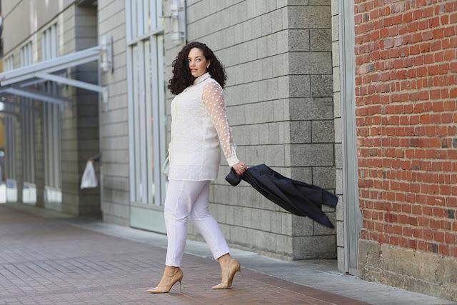 Девушка в белых брюках и топе с обувью на каблуке