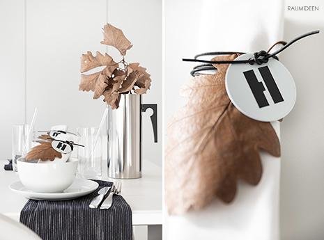 Herbstliche Tischdekoration mit DIY-Serviettenanhängern aus Herbstblättern.