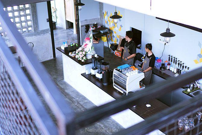 Meja kasir dan barista di lantai satu