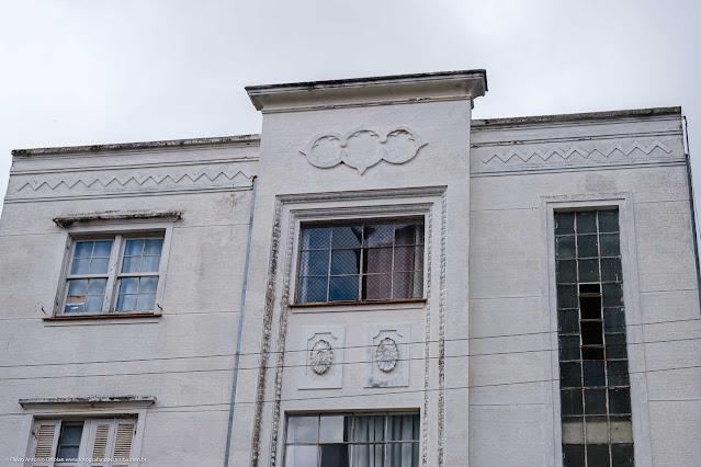 Um pequeno edifício na Saldanha Marinho - detalhes