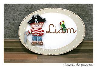 placa de puerta infantil pirata con loro nombre Liam babydelicatessen
