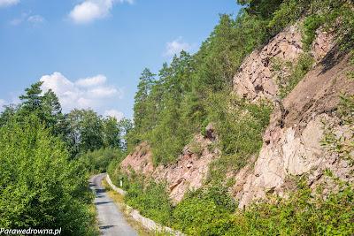 Rozejście przy grodzisku, widzimy skałę ponad którą zbudowano zamek w Płoszczynie